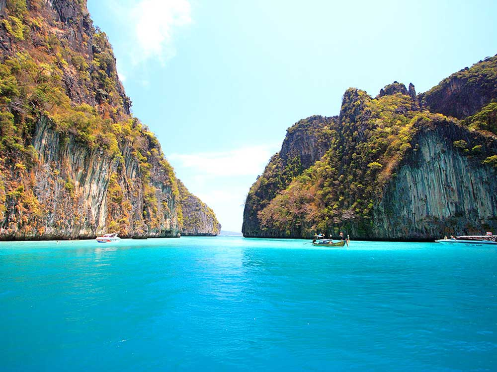 Phi Phi Islands<br /> <em>The Island, the BEACH</em>