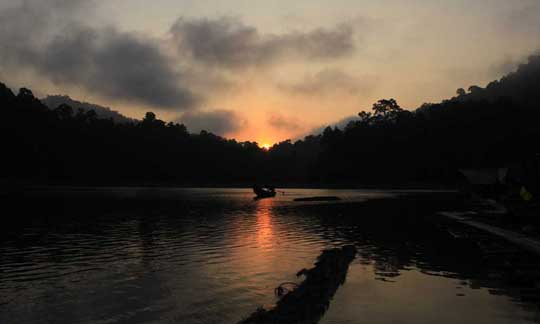 sunrise at cheow lan lake with Khao Sok Lake Explorer